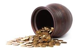 Monedas de oro que caen del crisol Foto de archivo libre de regalías
