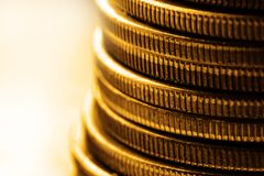 Monedas de oro viejo para el dinero del efectivo que representa riqueza y riquezas fotos de archivo libres de regalías