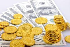 Monedas de oro y billetes de banco del dólar Imágenes de archivo libres de regalías