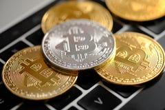 Monedas de oro y de plata de Cryptocurrency - Bitcoin Concepto virtual del dinero foto de archivo libre de regalías