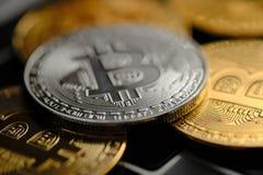 Monedas de plata de Cryptocurrency - Bitcoin Concepto virtual del dinero Tecnolog?a de la explotaci?n minera o del blockchain imagen de archivo