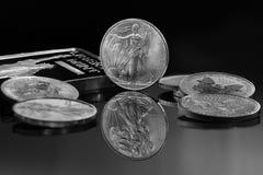 Monedas de plata y barra de plata foto de archivo libre de regalías