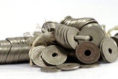 Monedas de Tailandia en el fondo blanco Fotos de archivo