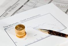 Monedas del águila de oro en el periódico Fotografía de archivo