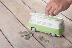 Monedas del ahorro en la furgoneta foto de archivo libre de regalías