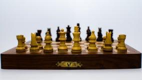 Monedas del ajedrez que se colocan frente a uno a imagen de archivo libre de regalías
