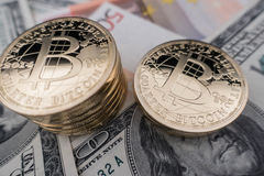Monedas del bitcoin en notas del dólar Foto de archivo libre de regalías
