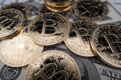 Monedas del bitcoin en notas del dólar Fotografía de archivo libre de regalías