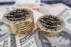 Monedas del bitcoin en notas del dólar Imagen de archivo libre de regalías