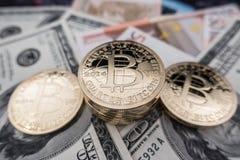 Monedas del bitcoin en notas del dólar Imágenes de archivo libres de regalías