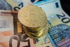 Monedas del bitcoin en notas del dólar Foto de archivo