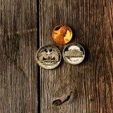 Monedas del centavo de los E.E.U.U. sobre fondo de madera Imágenes de archivo libres de regalías