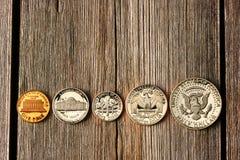 Monedas del centavo de los E.E.U.U. sobre fondo de madera Foto de archivo