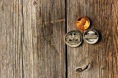 Monedas del centavo de los E.E.U.U. sobre fondo de madera Imagen de archivo libre de regalías