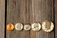 Monedas del centavo de los E.E.U.U. sobre fondo de madera Fotos de archivo