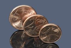 Monedas del centavo euro en el fondo oscuro Fotos de archivo libres de regalías