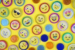 Monedas del chocolate Foto de las monedas del chocolate con diversas expresiones, estilo de la visión superior del arte pop, en u foto de archivo