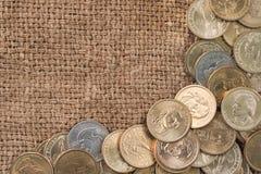 Monedas del dólar sobre el saco de la arpillera Fotografía de archivo