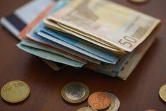 Monedas del dinero, billetes de banco y tarjetas de crédito euro Foto de archivo