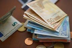Monedas del dinero, billetes de banco y tarjetas de crédito euro Fotos de archivo
