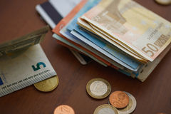 Monedas del dinero, billetes de banco y tarjetas de crédito euro Imagen de archivo libre de regalías