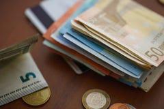 Monedas del dinero, billetes de banco y tarjetas de crédito euro Imagenes de archivo