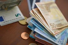 Monedas del dinero, billetes de banco y tarjetas de crédito euro Fotografía de archivo libre de regalías
