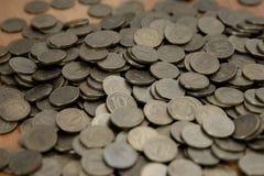 Monedas del dinero de la pila en el fondo de madera Imagen de archivo libre de regalías
