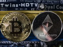 Monedas del ethereum y del bitcoin en el fondo del microprocesador Primer de Cryptocurrencies Concepto de la explotaci?n minera d imagen de archivo libre de regalías