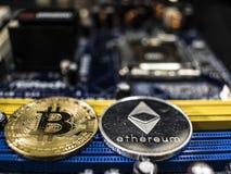 Monedas del ethereum y del bitcoin en el fondo del microprocesador Primer de Cryptocurrencies Concepto de la explotaci?n minera d fotos de archivo libres de regalías