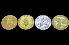 Monedas del ethereum y de la ondulación del litecoin de Bitcoin aisladas en fondo negro imagen de archivo