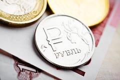 Monedas del euro y de la rublo en billetes de banco euro Fotografía de archivo libre de regalías
