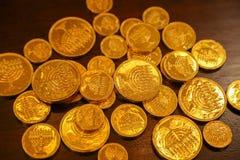 Monedas del gelt del oro de Jánuca en una tabla foto de archivo