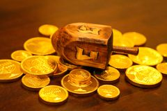 Monedas del gelt del oro del dreidel de Jánuca en una tabla fotos de archivo