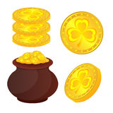 Monedas del tesoro y de oro al día del St Patricks Fotografía de archivo libre de regalías