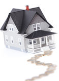 Monedas delante del modelo arquitectónico del hogar Foto de archivo libre de regalías