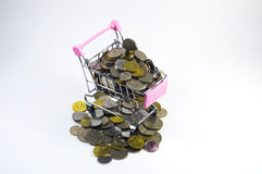 Monedas dentro de la mini carretilla Fotos de archivo libres de regalías