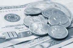 Monedas dispersadas Fotos de archivo libres de regalías