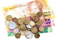 Monedas dispersadas en tres billetes de banco surafricanos Fotos de archivo libres de regalías