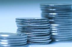Monedas en azul fotografía de archivo