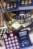 Monedas en contador en la tienda de la numismática Imágenes de archivo libres de regalías