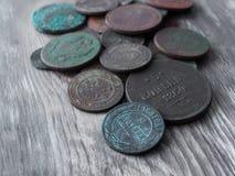 Monedas en el fondo de la madera vieja Imagen de archivo libre de regalías