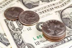 Monedas en el fondo de los billetes de banco de los dólares de EE. UU. Foco en el primero plano Imágenes de archivo libres de regalías