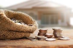 Monedas en el saco para el ahorro del dinero financiero Imagen de archivo