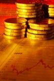 Monedas en gráfico Fotografía de archivo