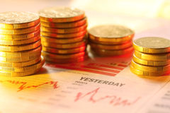 Monedas en gráfico foto de archivo libre de regalías