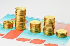 Monedas en gráfico multicolor. Fotografía de archivo libre de regalías