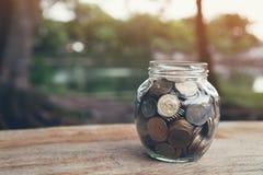 Monedas en la botella, el concepto cada vez mayor del dinero y el éxito de la meta fotos de archivo libres de regalías