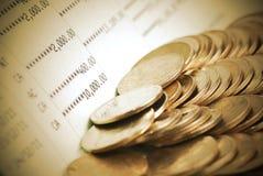 Monedas en la cuenta de libro de banco i Foto de archivo