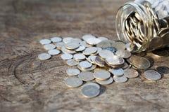 Monedas en la madera Fotografía de archivo